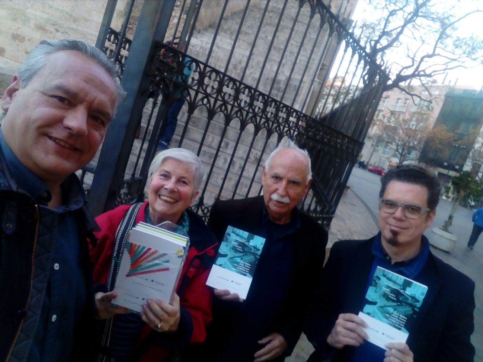 de Izq. a derecha: Julio Sanz Vázquez, Teresa Monsegur, Gabriel Brncic & Presidente AMEE Ferrer Molina con el libro publicado por Fuzzy Gab .4 sobre el GME de Cuenca